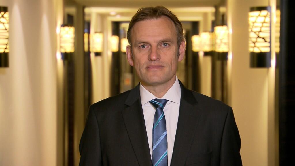 Vorstandsmitglied Jörg Lüssem wechselt sein Äußeres und seine Identität und wird zum Arbeitssuchenden Jan Seifert.