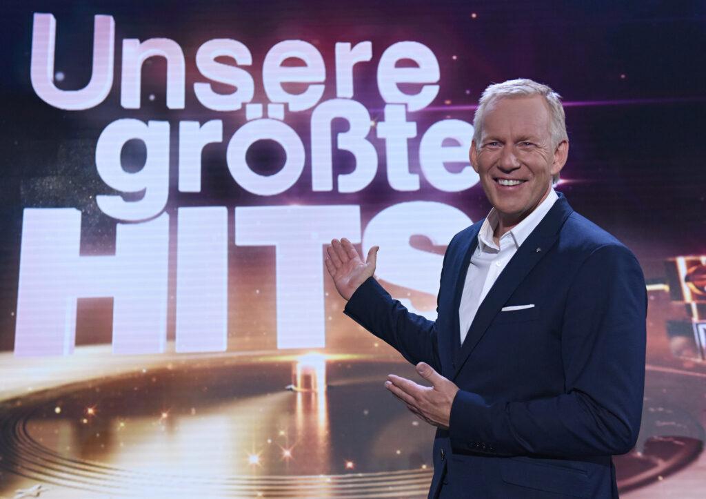 """Johannes B. Kerner moderiert """"Unsere größten Hits"""" im ZDF."""