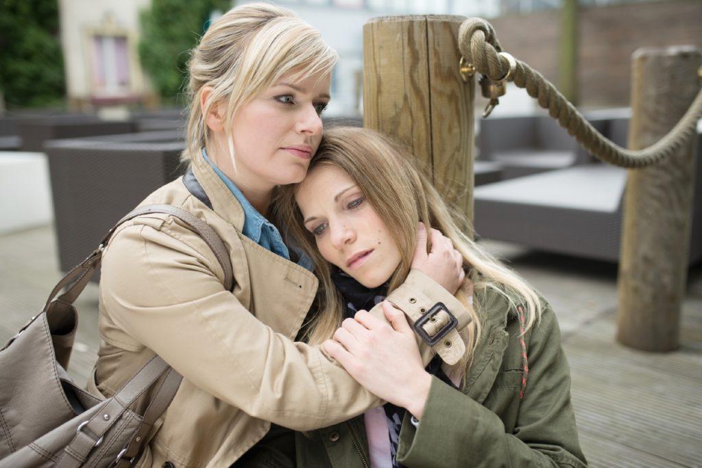Nachdem Leonie (Maria Kempken) von Sonjas und Pacos Affäre erfahren hat, ist sie geschockt und findet Zuflucht bei Anna (Marylu-Saskia Poolman).