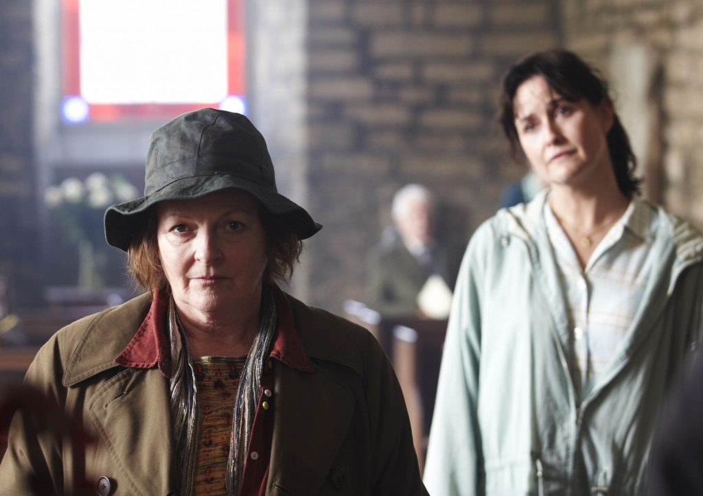 DCI Vera Stanhope (Brenda Blethyn) und Bev MacDonald (Elizabeth Carling) bei einem Gottesdienst.