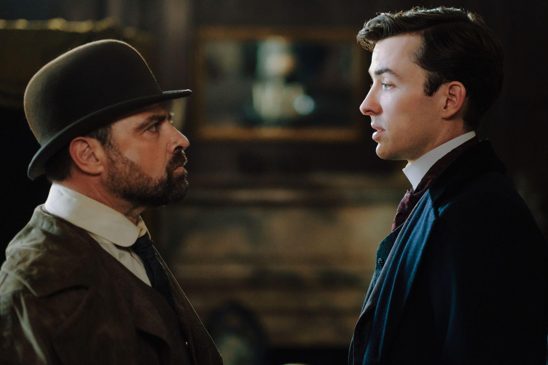 Der Inspector Max Liebermann (Matthew Beard, r.) und Forensiker Oskar Rheinhardt (Juergen Maurer, l.) führen gerne Streitgespräche.