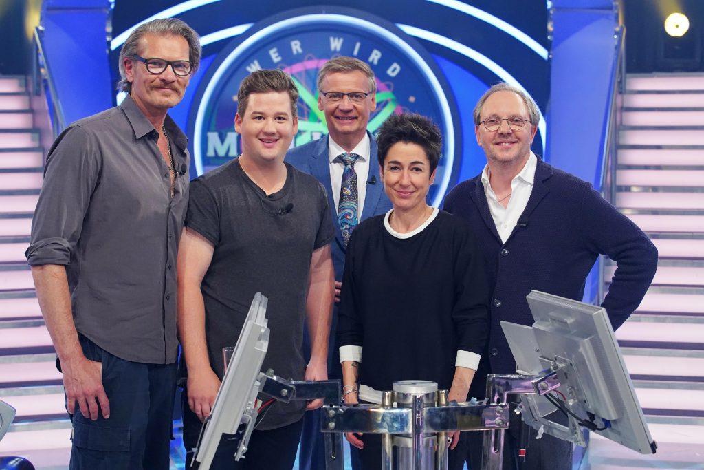 Moderator Günther Jauch (M.) mit seinen prominenten Kandidaten Götz Otto, Chris Tall, Dunja Hayali und Olli Dittrich