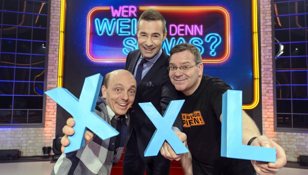 In dieser XXL-Folge stellen sich acht Prominente den amüsanten und skurrilen Fragen von Moderator Kai Pflaume.