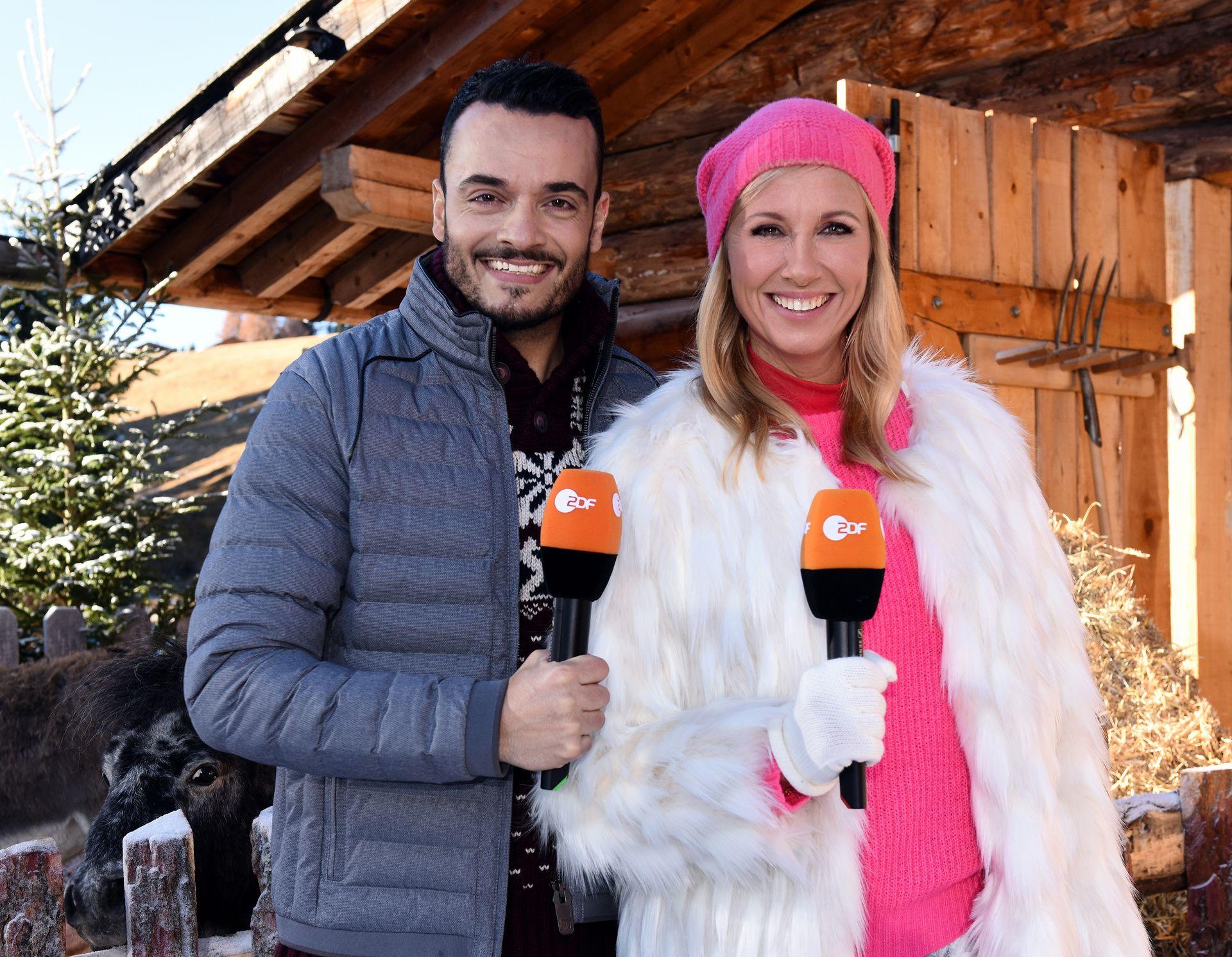 Die beiden Moderatoren Giovanni Zarrella und Andrea Kiewel stehen winterlich gekleidet nebeneinander.