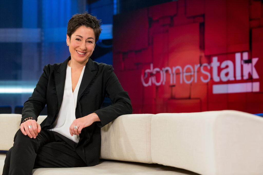 Moderatorin Dunja Hayali ist nicht nur im Studio, sondern taucht in ihren Reportagen in Konfliktzonen unserer Gesellschaft ein.