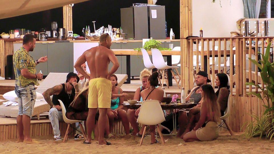"""Andrej (gelbe Hose) will sein angekratzes """"Sommerhaus""""-Image aufpolieren.."""