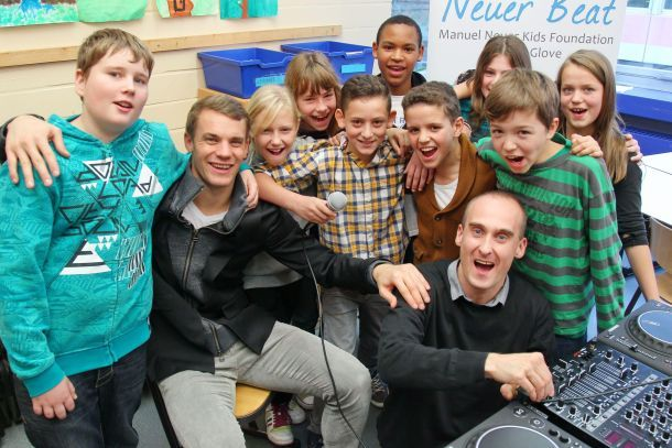 manuel neuer k mpt gegen kinderarmut in gelsenkirchen stars on tv. Black Bedroom Furniture Sets. Home Design Ideas