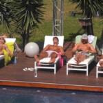 Die Jungs relaxen am Pool