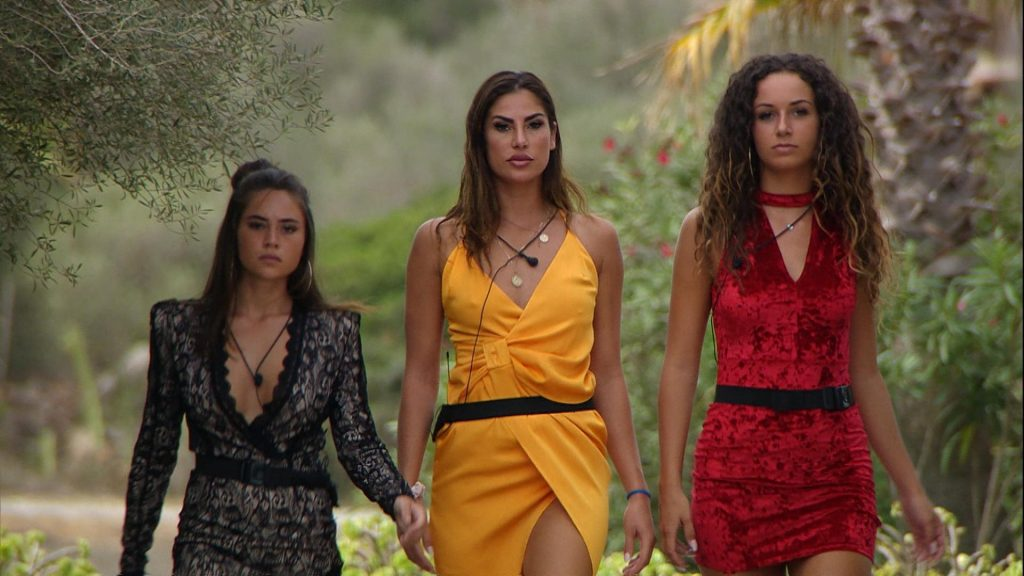 Melissa, Ricarda und Samira kehren in die Villa zurück.