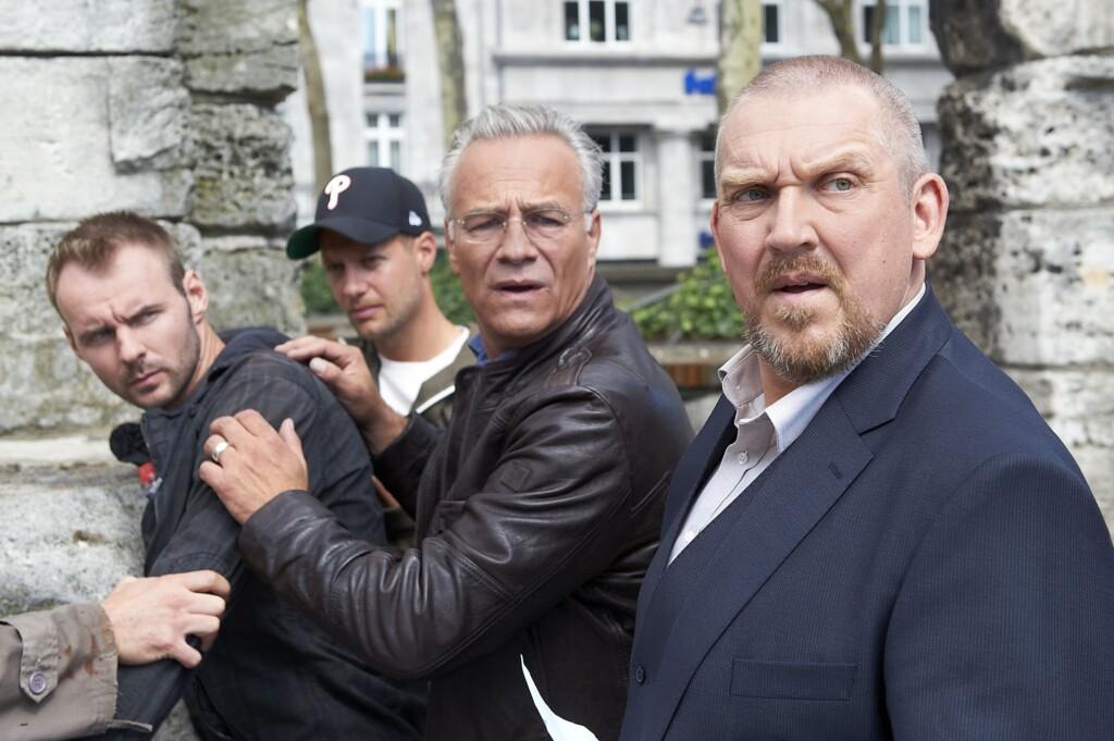 Die Kommissare Max Ballauf (Klaus J. Behrendt) und Freddy Schenk (Dietmar Bär, r) haben bei der Lösegeld-Übergabe den Falschen geschnappt.