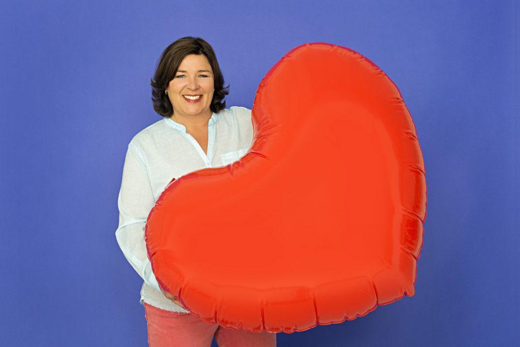 Moderatorin Vera Int-Veen ist wieder als leidenschaftliche Liebesbotin unterwegs.