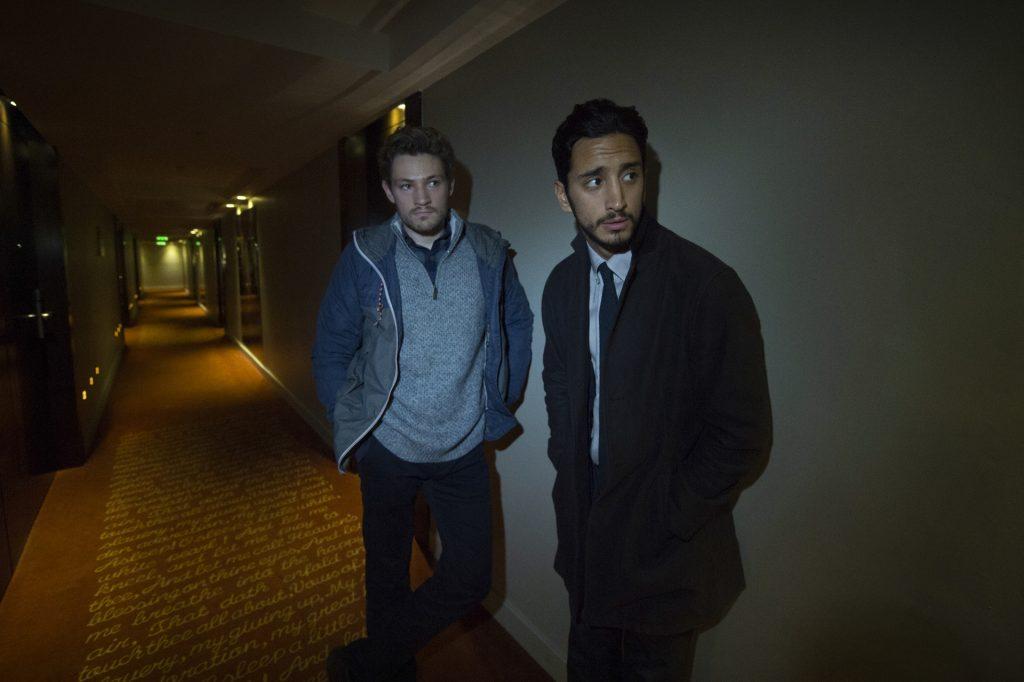 """Stefan Kowolski (Mark Strepan, l.), Junior-Ermittler im Staatlichen Betrugsdezernat und Arash """"Rash"""" Sayyad (Ben Tavassoli, r.), Trainee-Detective, sind im Hotel einem verdächtigen auf der Spur."""
