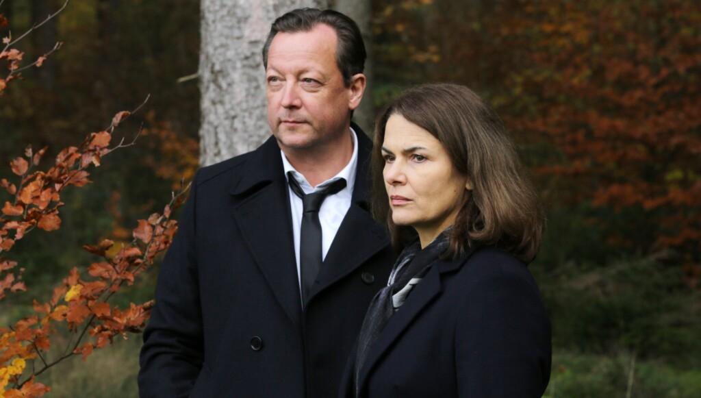 Kriminalhauptkommissar Hanns von Meuffels (Matthias Brandt) und seine Kollegin Constanze Hermann (Barbara Auer) am Tatort.