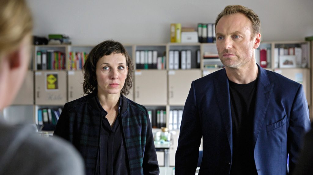 Rubin (Meret Becker) und Karow (Mark Waschke) ermitteln in einer Neuköllner Schule bei der Lehrerin Lena Guhlke (Katrin Wichmann).
