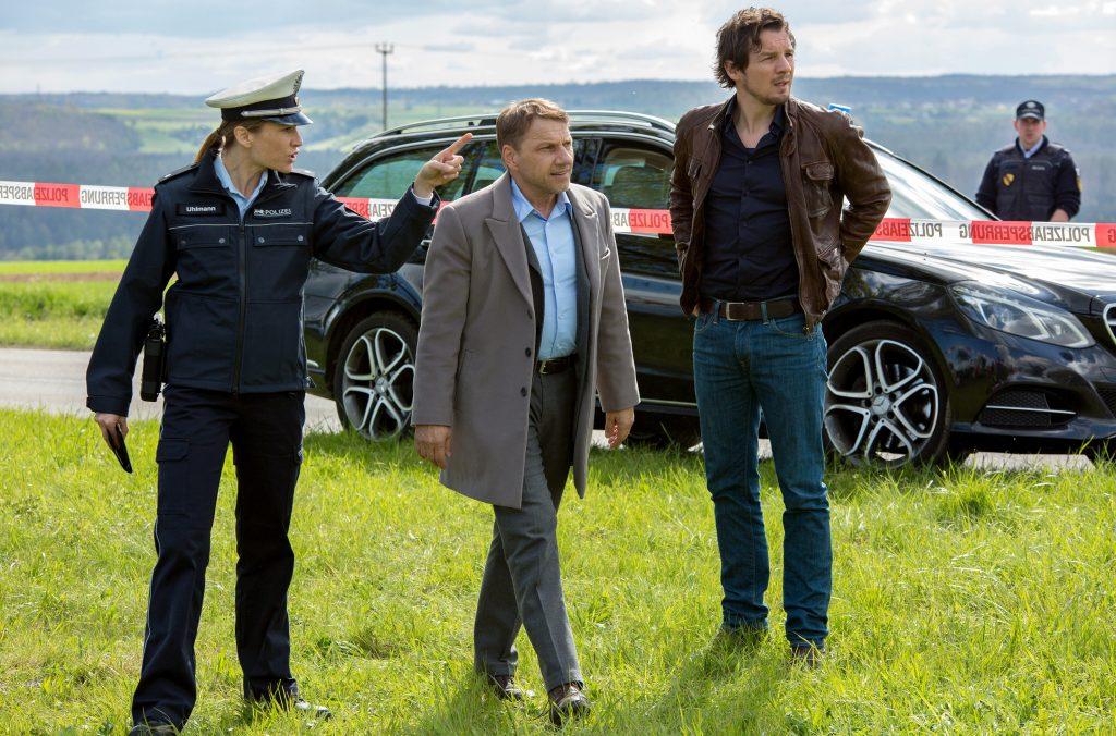 Die Kommissare Lannert (Richy Müller) und Bootz (Felix Klare) erreichen den Tatort und informieren sich bei Polizistin (Julischka Eichel).
